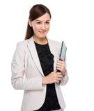 Mujer de negocios con el sujetapapeles Fotos de archivo libres de regalías