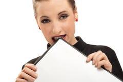 Mujer de negocios con el sujetapapeles aislado en blanco Imagenes de archivo