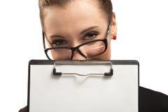 Mujer de negocios con el sujetapapeles aislado en blanco Fotos de archivo
