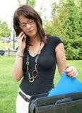 Mujer de negocios con el teléfono celular. Fotos de archivo libres de regalías