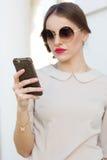 Mujer de negocios con el teléfono a disposición Foto de archivo libre de regalías