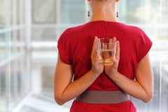 Mujer de negocios con el vidrio de agua - forma de vida healhy Imágenes de archivo libres de regalías
