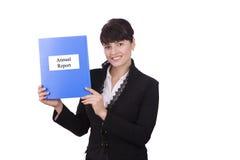 Mujer de negocios con informe anual Fotos de archivo libres de regalías