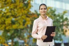Mujer de negocios con la carpeta negra imagen de archivo libre de regalías
