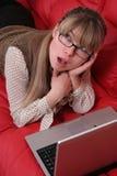 Mujer de negocios con la computadora portátil Imágenes de archivo libres de regalías