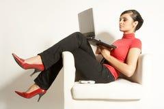 Mujer de negocios con la computadora portátil y el teléfono Imagenes de archivo