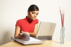Mujer de negocios con la computadora portátil y el teléfono Foto de archivo