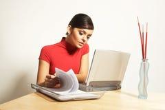 Mujer de negocios con la computadora portátil y el teléfono Fotografía de archivo libre de regalías