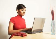 Mujer de negocios con la computadora portátil y el teléfono Imágenes de archivo libres de regalías