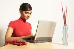 Mujer de negocios con la computadora portátil y el teléfono Foto de archivo libre de regalías