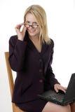 Mujer de negocios con la computadora portátil en regazo Imágenes de archivo libres de regalías