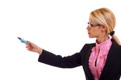 Mujer de negocios con la etiqueta de plástico azul Foto de archivo libre de regalías
