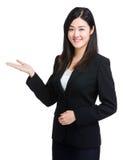 Mujer de negocios con la palma abierta Fotos de archivo