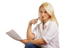 Mujer de negocios con la pluma y el papel Imagen de archivo libre de regalías