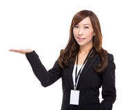 Mujer de negocios con la presentación de la mano Fotos de archivo libres de regalías