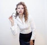 Mujer de negocios con la presentación de los vidrios Fotos de archivo libres de regalías