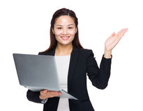 Mujer de negocios con la presentación del ordenador portátil y de la mano Imagen de archivo