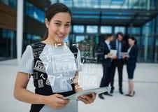 Mujer de negocios con la tableta y los garabatos blancos del negocio Fotos de archivo libres de regalías