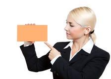 Mujer de negocios con la tarjeta anaranjada en blanco Fotografía de archivo