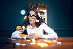 Mujer de negocios con las notas pegajosas por todo ella Foto de archivo libre de regalías