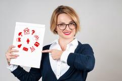 Mujer de negocios con los iconos de las multimedias en el papel Fotos de archivo libres de regalías