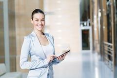 Mujer de negocios con PC de la tableta fotos de archivo libres de regalías