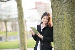 Mujer de negocios con PC de la tablilla fotos de archivo