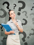 Mujer de negocios con un questionmark azul de la carpeta imágenes de archivo libres de regalías