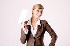 Mujer de negocios con un sobre Foto de archivo libre de regalías