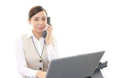 Mujer de negocios con un teléfono Imágenes de archivo libres de regalías