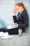 Mujer de negocios concentrada que usa la computadora portátil Imágenes de archivo libres de regalías