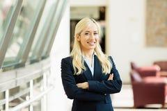 Mujer de negocios confiada con los brazos cruzados Imagen de archivo