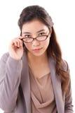 Mujer de negocios confiada, seria que le mira Imagenes de archivo