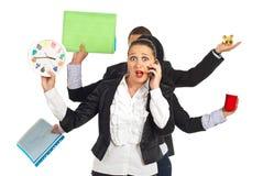 Mujer de negocios dada una sacudida eléctrica que habla por el móvil del teléfono Imagenes de archivo