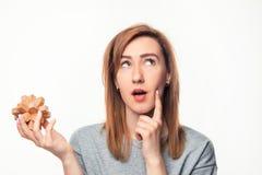 Mujer de negocios de 24 años atractiva que parece confundida con rompecabezas de madera Imagen de archivo