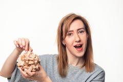 Mujer de negocios de 24 años atractiva que parece confundida con rompecabezas de madera Foto de archivo libre de regalías