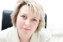 Mujer de negocios de la media vida en oficina imágenes de archivo libres de regalías