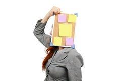Mujer de negocios de la tensión con la nota del mensaje Imagen de archivo libre de regalías