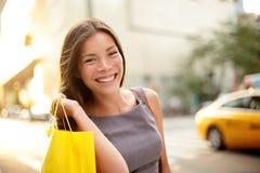 Mujer de negocios de las compras en New York City foto de archivo