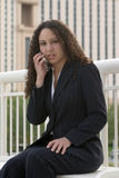 Mujer de negocios de Latina que habla en el teléfono celular foto de archivo