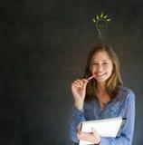 Mujer de negocios de pensamiento de la bombilla brillante de la idea Fotos de archivo libres de regalías