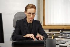 Mujer de negocios de Typeing Imagen de archivo libre de regalías