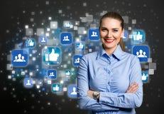Mujer de negocios del éxito con el icono social en fondo fotografía de archivo