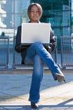 Mujer de negocios del afroamericano con el ordenador Imagen de archivo