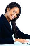 Mujer de negocios del afroamericano en el trabajo Imagen de archivo libre de regalías