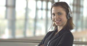 Mujer de negocios del operador de la ayuda de servicio de atención al cliente del centro de llamada con las auriculares almacen de metraje de vídeo