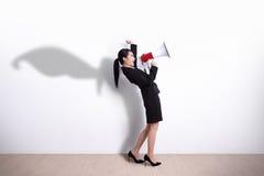 Mujer de negocios del super héroe que grita Imágenes de archivo libres de regalías