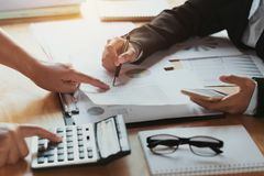 mujer de negocios del trabajo en equipo que comprueba informe de las finanzas el considerar concentrado imagenes de archivo