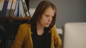 Mujer de negocios delante de la pantalla de ordenador almacen de video