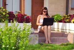 Mujer de negocios delante de su casa Fotos de archivo